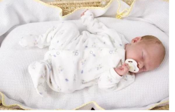 новорождённый закатывает глаза во сне, новорождённый во сне открывает глаза, новорождённый стонет во время сна, новорождённый плачет во сне, новорождённый кряхтит во сне,